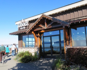 Woods Coffee right on the waterfront, Bellingham Bay (© 2017 by V. Nesdoly)